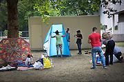 Eine Familie baut Zelte für die Nacht vor dem Berliner LaGeSo(Landesamt für Gesundheit und Soziales) auf. Mehrere hundert Flüchtlinge harren seit Tagen unter freiem Himmel aus, um sich in dem Amt registrieren zu lassen.