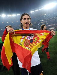 11.07.2010, Soccer-City-Stadion, Johannesburg, RSA, FIFA WM 2010, Finale, Niederlande (NED) vs Spanien (ESP) im Bild Sergio Ramos mit einer Spanien Flagge, EXPA Pictures © 2010, PhotoCredit: EXPA/ InsideFoto/ Perottino *** ATTENTION *** FOR AUSTRIA AND SLOVENIA USE ONLY! / SPORTIDA PHOTO AGENCY