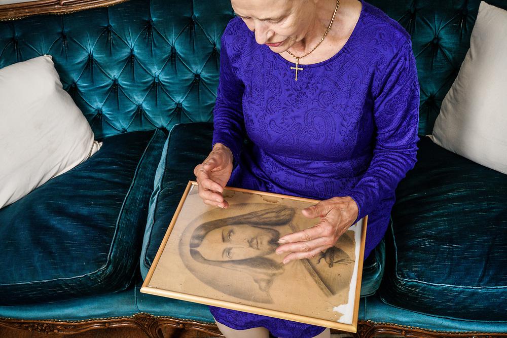 Marceline Udry-Dumoulin tenant dans sa main un dessin que son p&egrave;re avait dessin&eacute;. <br /> Valais juillet 2017<br /> &copy;Nicolas Righetti/Lundi13
