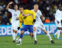 Fotball<br /> Brasil v USA<br /> Foto: Witters/Digitalsport<br /> NORWAY ONLY<br /> <br /> 28.06.2009<br /> <br /> v.l. Luis Fabiano, Jay Demerit (USA)<br /> Fussball Confederations Cup 2009 in Suedafrika, Finale USA - Brasilien
