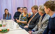 Koning Willem-Alexander tijdens het bezoek aan Thuis Wageningen. De koning bezoekt het project in het kader van de Samen Doen #krachtvansamen, dat burgerinitiatieven stimuleert. <br /> <br /> King Willem-Alexander during the visit to Thuis Wageningen. The king visits the project in the context of the Samen Doen #krachtvansamen, which stimulates citizens' initiatives.