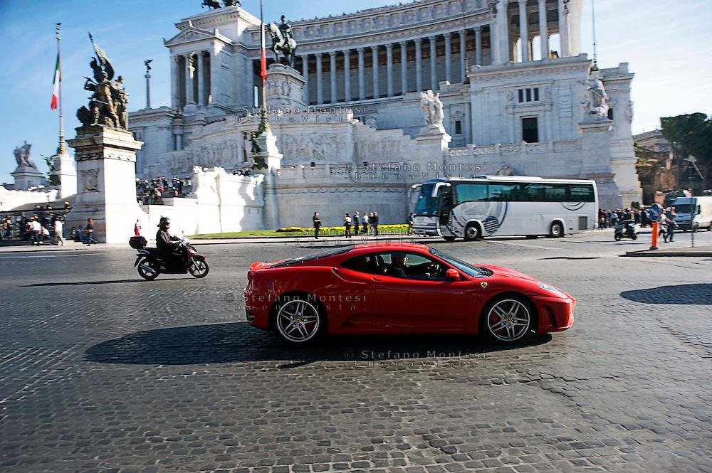 Roma 6 Novembre 2010.Una Ferrari F430 transita in piazza Venezia.Rome, November 6, 2010.A Ferrari  Ferrari F430 passes in Piazza Venezia