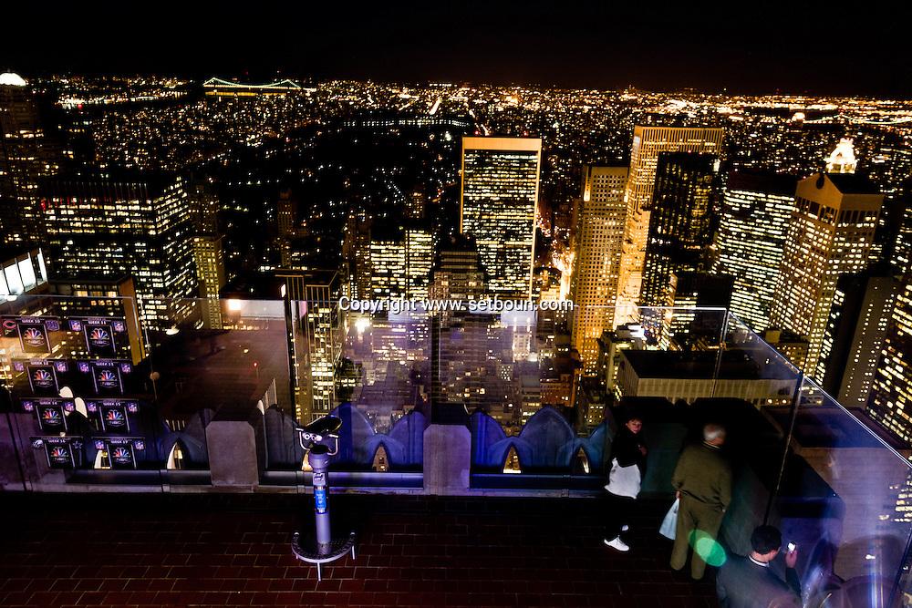 New York. TOP OF THE ROCK terrace in the he Rockfeller center, mirror images reflection , elevated view of Manhattan midtown at night / jeu de reflets, miroir sur le panorama de  Manhattan la nuit  Manhattan, New York - Etats unis vue depuis TOP OF THE ROCK, terrasse du Rockfeller center