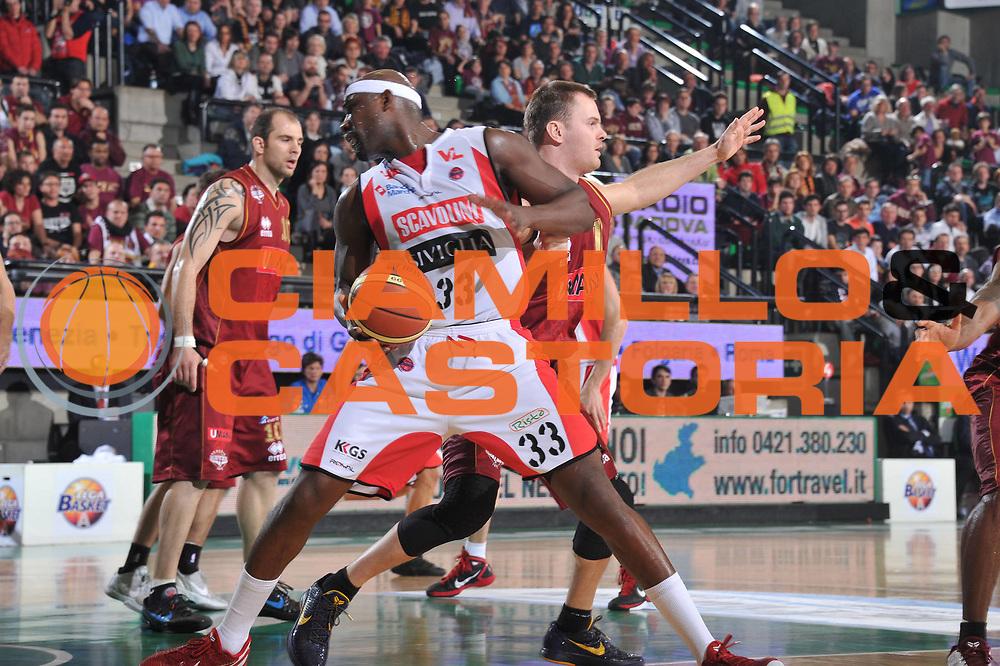 DESCRIZIONE : Treviso Lega A 2011-12 Umana Venezia Scavolini Siviglia Pesaro<br /> GIOCATORE : jumaine jones<br /> CATEGORIA :  palleggio<br /> SQUADRA : Umana Venezia Scavolini Siviglia Pesaro<br /> EVENTO : Campionato Lega A 2011-2012<br /> GARA : Umana Venezia Scavolini Siviglia Pesaro<br /> DATA : 26/02/2012<br /> SPORT : Pallacanestro<br /> AUTORE : Agenzia Ciamillo-Castoria/M.Gregolin<br /> Galleria : Lega Basket A 2011-2012<br /> Fotonotizia :  Treviso Lega A 2011-12 Umana Venezia Scavolini Siviglia Pesaro<br /> Predefinita :