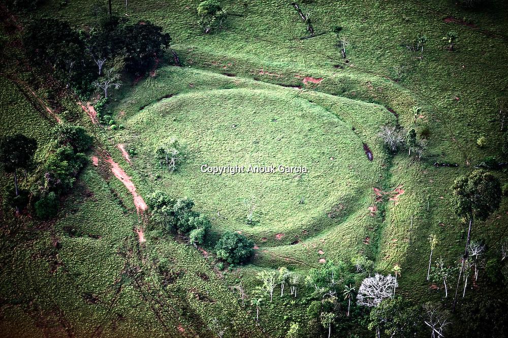 Découverte des géoglyphes en montgolfière. 311 sites découverts daté entre 1200 et 500 en arrière. Site du Jacuaça et ses deux géoglyphes