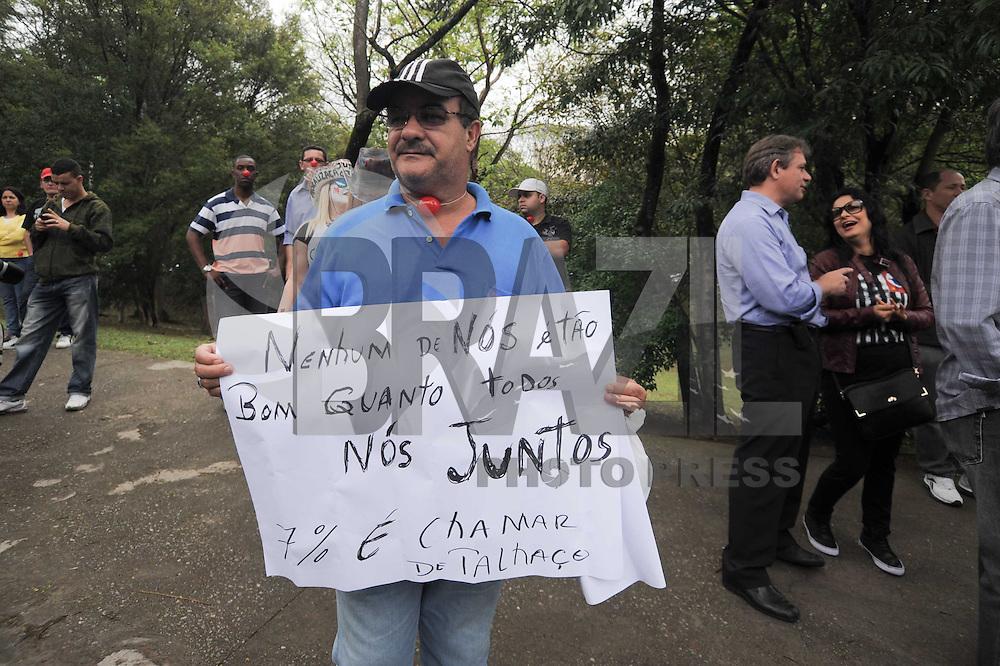 SAO PAULO, SP, 01.10.2013 - Policiais Militares e familiares realiza um protesto em frente ao Palacio do Governo do Estado  de São Paulo, policiais pedem reajuste salarial (Foto: Adriano Lima / Brazil Photo Press)
