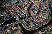 Nederland, Friesland, Sneek, 08-09-2009; Binnenstad met Waterpoort, de poort is gebouwd over de ingang tot de stadsgrachten, en is het symbool voor Sneek geworden. .Waterpoort (Watergate), built over the entrance to the city canals, symbol of Sneek..Luchtfoto (toeslag); aerial photo (additional fee required); .foto Siebe Swart / photo Siebe Swart