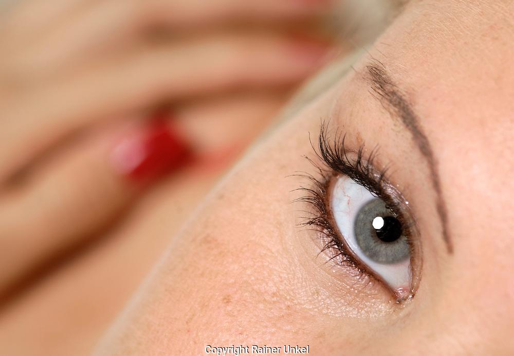DEUTSCHLAND : Eine junge Frau  / Modell-Vertrag vorhanden / Auge / Blick.   GERMANY : A young woman / Model-release available  / Eye / Glance.   19.07.2007.    Copyright by : Rainer UNKEL , Tel.: (0)228/477211, Fax: (0)228/477212,