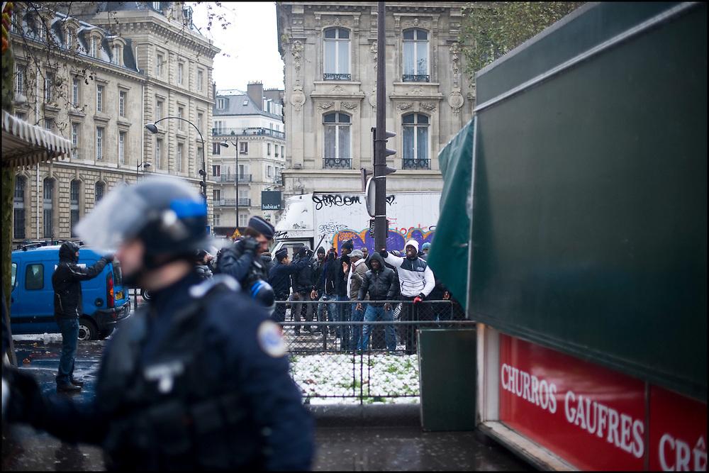 Les forces de l'ordre échouent à contenir les pro Ouattara à l'écart des pro Gbagbo, des violences éclatent au centre de la place de la République à Paris.