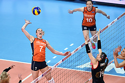 06-01-2016 TUR: European Olympic Qualification Tournament Turkije - Nederland, Ankara<br /> Nederland start sterk en pakt de eerste set / Quinta Steenbergen #7, Lonneke Sloetjes #10