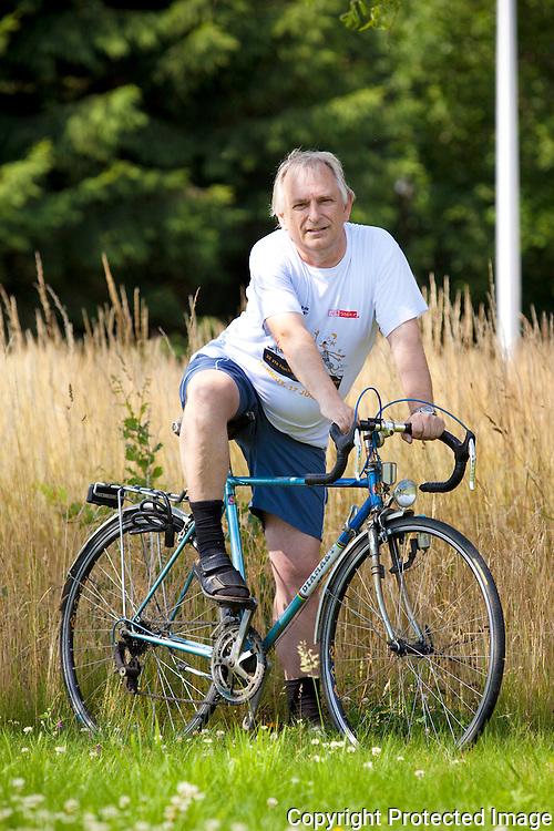 358838-Jos De Win met zijn fiets die 2 jaar geleden gestolen werd en nu weer terug is-Schooldijk 25 Bevel