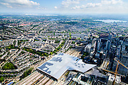 Nederland, Zuid-Holland, Rotterdam, 10-06-2015; dak, perron en sporen van het gerenoveerde en volkomen vernieuwde station van Rottterdam, Rotterdam CS.  Links van het station de Provenierssingel en de Provenierswijk. Kralingseplas in het verschiet. Het spoorwegstation, bijnaam De Kapsalon is ontworpen door Benthem Crouwel Architekten.   <br /> The roof of the completely renovated railway station Rottterdam, Rotterdam Central (Benthem Crouwel architects) and is nicknamed The Hair Salon. <br /> luchtfoto (toeslag op standard tarieven);<br /> aerial photo (additional fee required);<br /> copyright foto/photo Siebe Swart