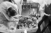 Enterro de índia guarani kaiowá expulsa de sua aldeia e suas terras, no município de Arueira no estado do Mato Grosso do Sul, MS..I bury of Indian Guarani kaiowá expels of his/her village and their lands in the municipal district of Arueira in the state of Mato Grosso do Sul, MS.