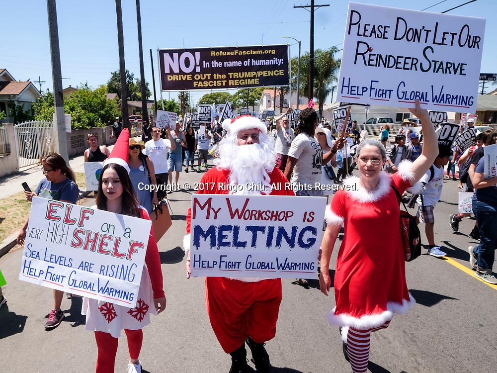 4月29日,美国加利福尼亚州洛杉矶,民众穿着圣诞老人和夫人服装参与「人民气候游行」。当天,美国多个城巿有民众趁总统特朗普就任一百日上街游行,反对特朗普对气候变化的态度。新华社发 (赵汉荣摄)<br /> People dressed as Santa Claus and Mrs. Claus participate in a climate change awareness march and rally, in Los Angeles, the United States, Saturday, April 29, 2017. The gathering was among many others of its kind held nationwide marking President Donald Trump's 100th day in office. (Xinhua/Zhao Hanrong)(Photo by Ringo Chiu/PHOTOFORMULA.com)<br /> <br /> Usage Notes: This content is intended for editorial use only. For other uses, additional clearances may be required.