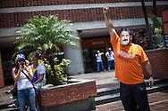 Un hombre disfrazado del candidato de gobierno, Nicolás Maduro saluda a los simpatizantes del candidato opositor, Henrique Capriles Radonski muestra su maquillaje alusivo a la bandera de Venezuela durante la llamada marcha Heroica realizada en Caracas, Venezuela. 7 Abril 2013. (Foto/ivan gonzalez)