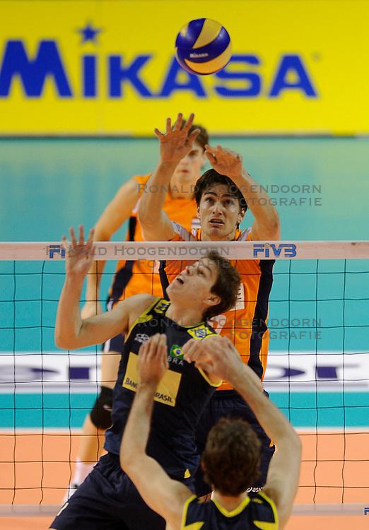 27-06-2010 VOLLEYBAL: WLV NEDERLAND - BRAZILIE: ROTTERDAM<br /> Nederland verliest met 3-2 van Brazilie / Wytze Kooistra en Bruno<br /> &copy;2010-WWW.FOTOHOOGENDOORN.NL