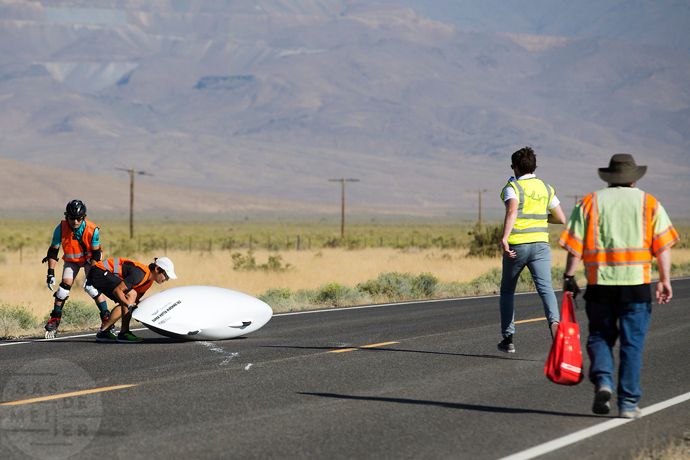 De SuperKetta 162 is gevallen tijdens de kwalificaties op maandagmorgen. In Battle Mountain (Nevada) wordt ieder jaar de World Human Powered Speed Challenge gehouden. Tijdens deze wedstrijd wordt geprobeerd zo hard mogelijk te fietsen op pure menskracht. De deelnemers bestaan zowel uit teams van universiteiten als uit hobbyisten. Met de gestroomlijnde fietsen willen ze laten zien wat mogelijk is met menskracht.<br /> <br /> The qualification at Monday morning. In Battle Mountain (Nevada) each year the World Human Powered Speed ??Challenge is held. During this race they try to ride on pure manpower as hard as possible.The participants consist of both teams from universities and from hobbyists. With the sleek bikes they want to show what is possible with human power.
