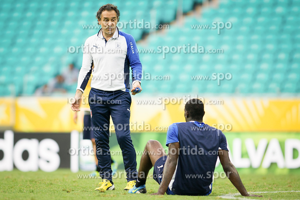 21.06.2013, Arena Fonte Nova, Salvador da Bahia, BRA, FIFA Confed Cup, Italien Training, im Bild  Cesare Prandelli spricht mit Mario Balotelli  during the FIFA Confederations Cup Training of Team Italy at the Arena Fonte Nova, Salvador da Bahia, Brazil on 2013/06/21. EXPA Pictures © 2013, PhotoCredit: EXPA/ Marcelo Machado