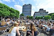 Nederland, Nijmegen, 31-5-2017Campus van de radboud universiteit. Door het mooie zonnige weer is het terras voor het campuscafe goed gevuld. Het hoge erasmusgebouw huisvest vooral taalwetenschappen.Foto: Flip Franssen