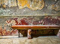 Herculanum (en latin Herculaneum, en italien Resina puis Ercolano depuis 1969) fut detruite par l'éruption du Vesuve en l'an 79 apr.J.-C., Conservee pendant des siecles dans une gangue volcanique elle fut  remise au jour a partir du xviiiesiècle par les Bourbons qui regnaient sur Naples.<br /> La cite était petite avec une superficie de 12 hectares, dont environ 4,5 ha ont ete degages, et une population estimee a quatre mille habitants.<br /> La cite nouvelle etant construite sur les ruines, il est peu probable d'en voir un jour tous ses tresors.<br /> Dans des sortes de niches, sous les terrasses des villas du bord de mer, le professeur Maggi retrouve 260 squelettes. Il s'agit essentiellement d'enfants, de femmes et de personnes âgées. Autant d'habitants qui s'étaient réfugiés là, espérant gagner le large. <br /> En vain. <br /> Ce jour-là, un raz de marée accompagna l'éruption.