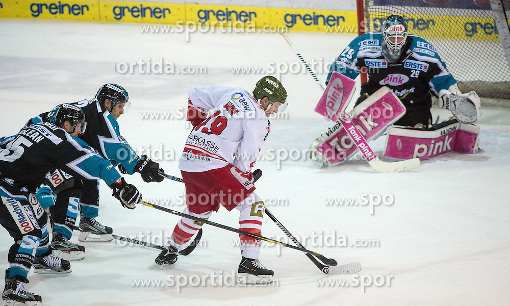 06.12.2015, Keine Sorgen Eisarena, Linz, AUT, EBEL, EHC Liwest Black Wings Linz vs HCB Suedtirol, 28. Runde, im Bild Taylor Vause (HCB Suedtirol) vor Michael Ouzas (EHC Liwest Black Wings Linz) // during the Erste Bank Icehockey League 28thround match between EHC Liwest Black Wings Linz and HCB Suedtirol at the Keine Sorgen Icearena, Linz, Austria on 2015/12/06. EXPA Pictures © 2015, PhotoCredit: EXPA/ Reinhard Eisenbauer