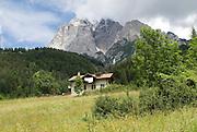 Italien, Alpen bei Cortina d'Ampezzo, Dolomiten, Haus vor Berg..|..Italy, the Alps near Cortina d'Ampezzo, Dolomiti, house before mountain