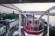 Nederland, The Netherlands, Nijmegen, 19-7-2016 Recreatie, ontspanning, cultuur, dans, theater en muziek in de binnenstad. Zicht op de  Waalkade vanuit het reuzenrad. Onlosmakelijk met de vierdaagse, 4daagse, zijn in Nijmegen de vierdaagse feesten, de zomerfeesten. Talrijke podia staat een keur aan artiesten, voor elk wat wils. Een week lang elke avond komen ruim honderdduizend bezoekers naar de stad. De politie heeft inmiddels grote ervaring met het spreiden van de mensen, het zgn. crowd control. De vierdaagsefeesten zijn het grootste evenement van Nederland en verbonden met de wandelvierdaagse. Hier het podium op de Waalkade Foto: Flip Franssen