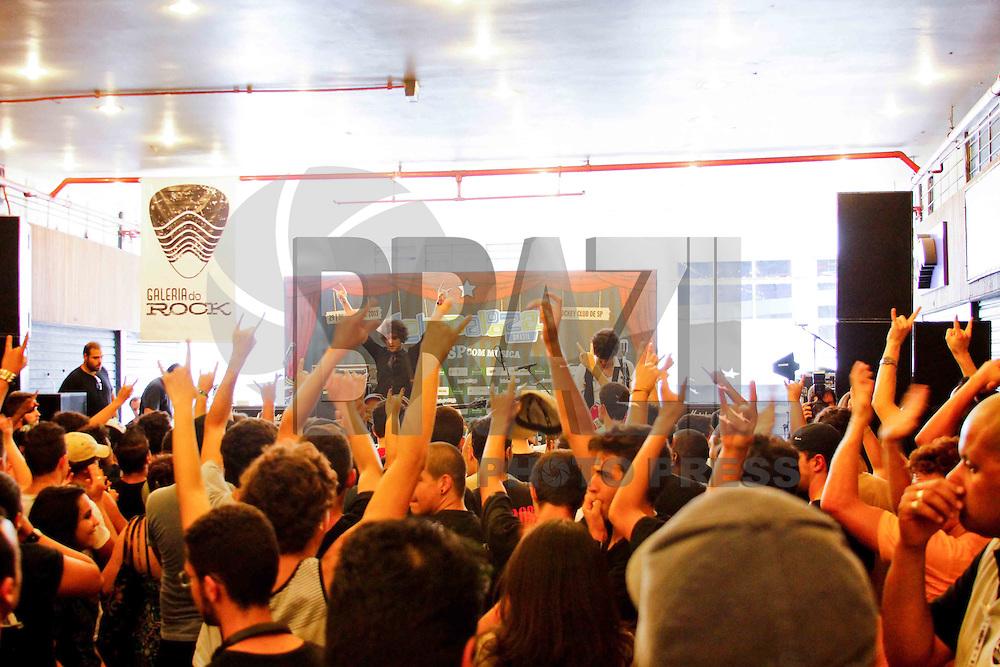 SÃO PAULO, SP 25 DE JANEIRO DE 2013 - 459 ANOS- GALERIA DO ROCK -Organização do Lollapalooza que realizou nesta sexta feira (25) o aniversario da cidade, uma programação exclusiva na Galeria do Rock com presença de bandas do Lolla 2013 e da cena do rock alternativo de São Paulo, o evento também fez parte da agenda de comemoração de 50 da galeria .FOTO: ISABELLE ANDRADE - BRAZIL PHOTO PRESS