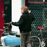 NLD/Haarlem/19940222 - Hajo de Boer, zoon van Hedy d'Ancona in gevecht met journalist Matthieu Slee