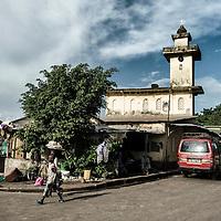 25/07/2014. Conakry. Guinée Conakry. Bidonville de Coronthie. Vue de la mosquée Mor Findjan du quartier. ©Sylvain Cherkaoui/Cosmos pour M le magazine du Monde