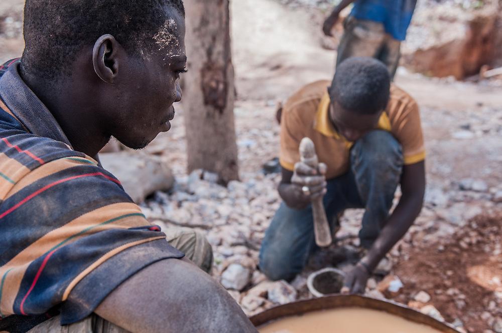 Cercatori d'oro alla miniera d'oro artigianale di Kari in Burkina Faso l'11 Maggio 2014.