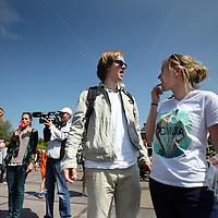 Nederland, Amsterdam , 5 mei 2014.<br /> Jonge D-66 europarlementariers flyeren met informatie omtrent drugs en uitgaan tijdens Bevrijdingsdag in het Westerpark.<br /> Ze verstrekken informatie en nepdrug (snoepjes) aan bezoekers van Bevrijdingsfestival in Westerpark.<br /> Foto:Jean-Pierre Jans