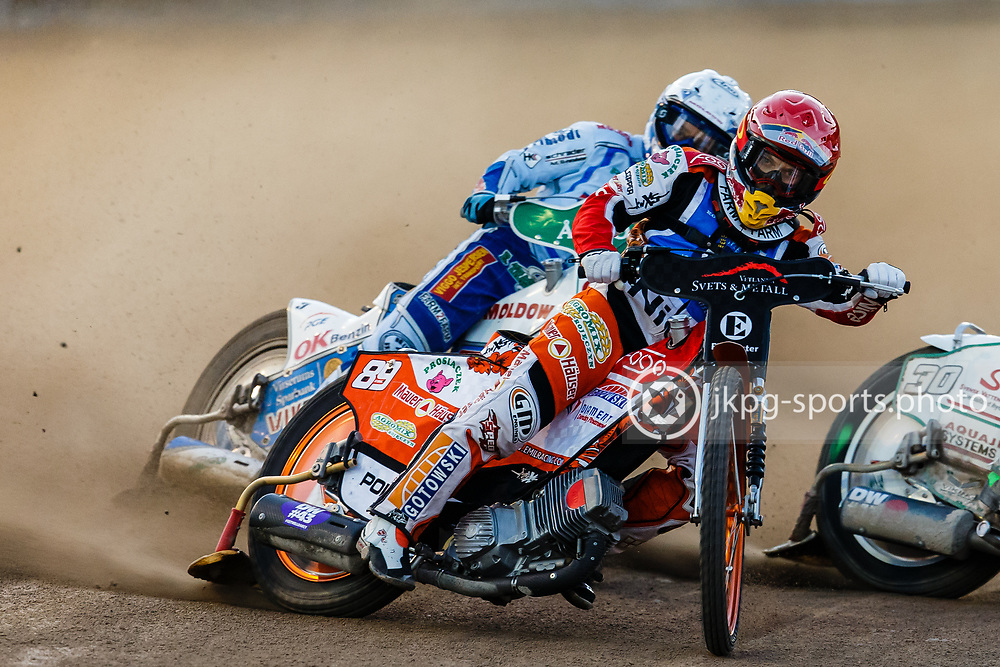 150908 Speedway, Semifinal, Vetlanda - Dackarna<br /> Emil Sayfutdinov, Elit Vetlanda (r&ouml;d) framf&ouml;r Nicki Pedersen, Dackarna (vit).<br /> &copy; Daniel Malmberg/All Over Press