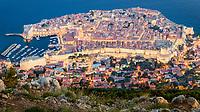 """Blick auf die gesamte Altstadt von Dubrovnik bei Nacht. Die Sehenswürdigkeit in Dubrovnik ist die Altstadt (Stari Grad) die zum UNESCO-Weltkulturerbe gehört und den Beinamen """"Perle der Adria"""" trägt."""