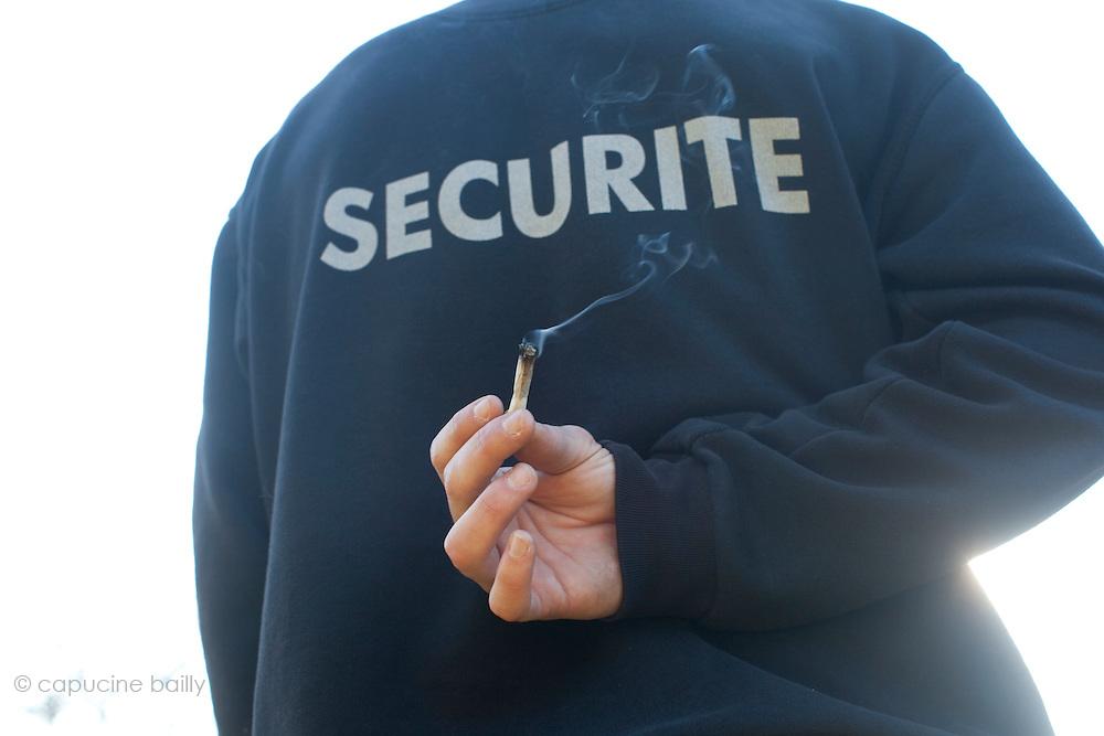 """30 ans - Agent de Securite..""""Je fume des que je ne travaille pas"""". Depuis l'age de 16 ans. """"J'aime la fume, on se retrouve entre potes, c'est meilleur que leur alcool de merde. Je me suis mis a fumer des cigarettes le jour ou je n'avais plus de shit, avant je ne fumais pas du tout de clopes.""""..""""La legalisation du cannabis calmerait et cannaliserait beaucoup de gens, ça les detendrait et on aurait moins d'emmerdes"""""""