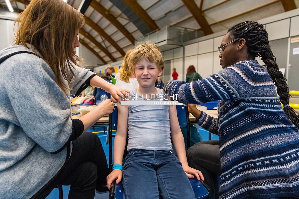 amsterdam - kinderen worden ingent in de sporthallen zuid door de ggd Alle 9-jarige kinderen krijgen van de GGD de inenting tegen difterie, tetanus, polio (de DTP-prik) en tegen de bof, mazelen en rode hond (BMR-prik). U krijgt daarvoor van ons een uitnodiging. De prikken zijn een onderdeel van het Rijksvaccinatieprogramma, dat er voor zorgt dat alle kinderen in Nederland goed beschermd worden tegen ernstige ziektes. copyright robin utrecht amsterdam - kinderen worden ingent in de sporthallen zuid door de ggd Alle 9-jarige kinderen krijgen van de GGD de inenting tegen difterie, tetanus, polio (de DTP-prik) en tegen de bof, mazelen en rode hond (BMR-prik). U krijgt daarvoor van ons een uitnodiging. De prikken zijn een onderdeel van het Rijksvaccinatieprogramma, dat er voor zorgt dat alle kinderen in Nederland goed beschermd worden tegen ernstige ziektes. Vaccinaties zijn zeer effectief: 95 procent van de kinderen die alle vaccinaties hebben gehad, is beschermd tegen gevaarlijke ziekten, en als een kind toch een bepaalde ziekte krijgt, is het verloop van de ziekte minder ernstig dan bij kinderen die niet gevaccineerd zijn. copyright robin utrecht