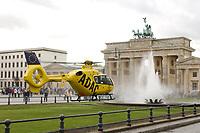 2002, BERLIN/GERMANY:<br /> Hubschrauber Christoph 31 von der ADAC Luftrettung, waehrend einem Einsatz in der Franzoesischen Botschaft auf dem Pariser Platz vor dem Brandenburger Tor<br /> IMAGE: 20021023-03-005<br /> KEYWORDS: Rettungshubschrauber, helicopter