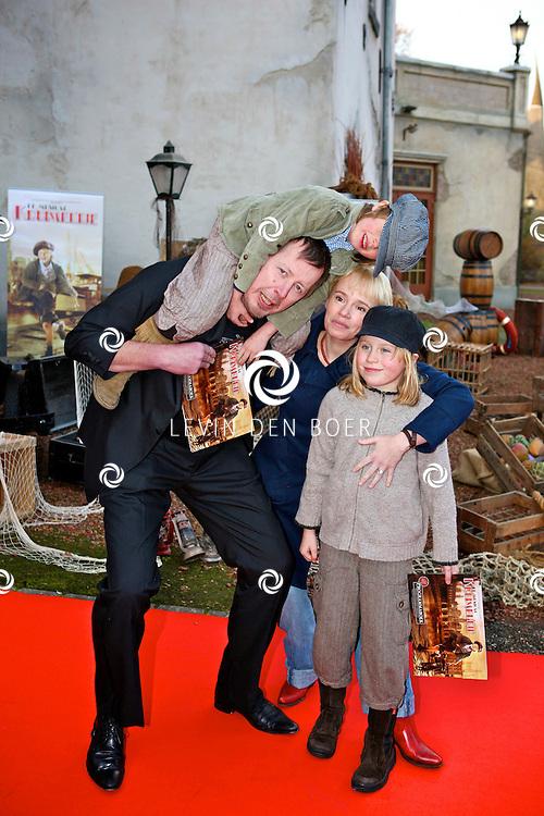 KAATSHEUVEL/EFTELING - Vanmiddag vond in Theater de Efteling de galapremiere plaats van de musical Kruimeltje, een coproductie van Rick Engelkes Producties en Efteling Theaterproducties.  Met op de foto Jan Rot en partner Daan de Launay en hun kinderen Elvis (dochter) en Rover Bambam Maria (zoon). FOTO LEVIN DEN BOER - PERSFOTO.NU