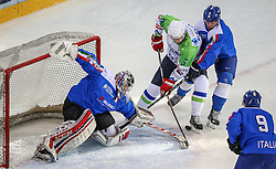 07.02.2015, Albert Schultz Eishalle, Wien, AUT, IIHF, Euro Ice Hockey Challenge, Italien vs Slowenien, im Bild Mark Demetz (Italien, ITA), Tomaz Razingar (Slowenien, SLO), Christian Willeit (Italien, ITA) und Armin Hofer (Italien, ITA) // during the IIHF Euro Ice Hockey Challenge match between Italy and Slovenia at the Albert Schultz Ice Arena, Vienna, Austria on 2015/02/07. EXPA Pictures © 2015, PhotoCredit: EXPA/ Thomas Haumer