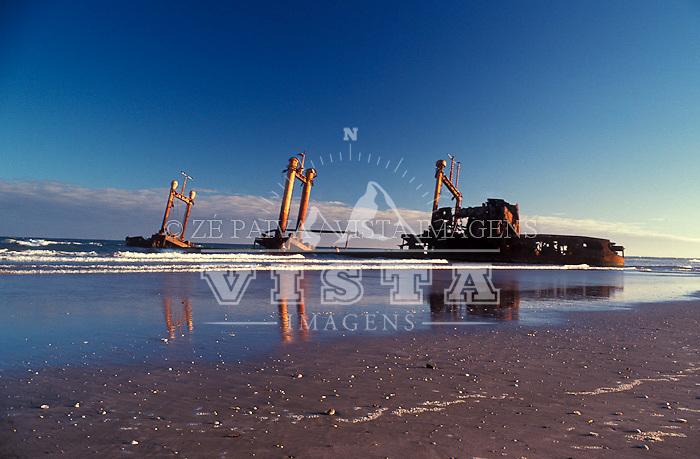 Navio naufragado na Praia do Cassino, Rio Grande, Rio Grande do Sul, Brasil. foto de Ze Paiva/Vista Imagens