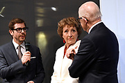 Prinses Margriet en Pieter van Vollenhoven in het Museum Volkenkunde bij de opening van de tentoonstelling Canadese Inuit Kunst. Aanleiding voor de tentoonstelling is het 150-jarig bestaan van Canada. <br /> <br /> Princess Margriet and Pieter van Vollenhoven at the Museum of Ethnology at the opening of the exhibition Canadian Inuit Art. The reason for the exhibition is the 150th anniversary of Canada.<br /> <br /> Op de foto / On the photo: <br /> <br />  Prinses Margriet en Pieter van Vollenhoven in gesprek met Ramsey Nasr