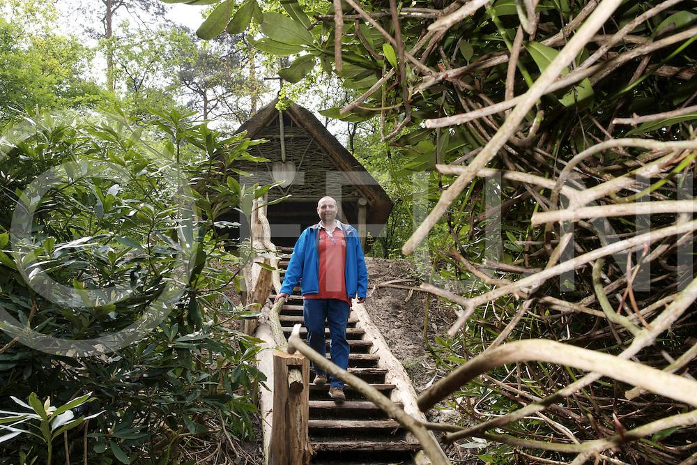 VILSTEREN: Landgoed vernieuwingen<br /> Foto: Rentmeester Hugo Vernhout bij de trap die gemaakt is bij de Kluizenaarshut.<br /> FFU PRESS AGENCY COPYRIGHT FRANK UIJLENBROEK