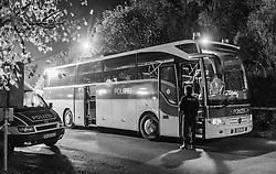 23.10.2015, Grenzübergang Freilassing - Salzburg, GER, Flüchtlingskrise in der EU, im Bild Migranten werden von Polizisten nachdem sie über die Österreichische Grenze im Bundesgebiet angekommen sind per Bus weitertransportiert. Das verschärfte deutsche Gesetzespaket für Asylwerber ist bereits in Kraft getreten damit der Rekordmigrantenzustrom bewältigt werden kann. schwarz-weiss Foto // Refugees speak to a Police Officer and wait to get on a bus, after they have arrived across the Austrian border. Germany tightens asylum rules from today to cope with record migrant influx, Austrian - German Border, Freilassing on 2015/10/23, Monochrome Image. EXPA Pictures © 2015, PhotoCredit: EXPA/ JFK