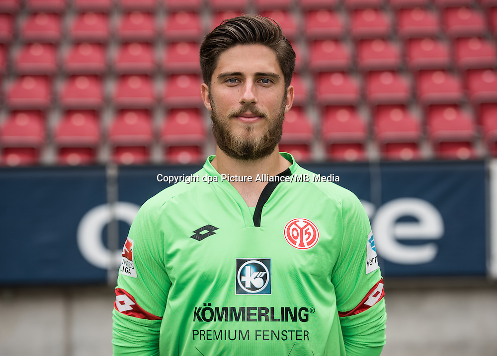 German Bundesliga - Season 2016/17 - Photocall FSV Mainz 05 on 25 July 2016 in Mainz, Germany: Goalkeeper Jannik Huth (33). Photo: Andreas Arnold/dpa | usage worldwide