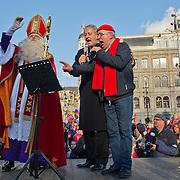 """Amsterdam, 18-11-2012. Zondag kwam de Sint voor de 74e keer aan in Amsterdam. Sinterklaas kwam op de stoomboot """"Spanje"""" Amsterdam binnengevaren via de Amstel, langs het Amstelhotel, De Hoge Sluis bij Carre, de magere Brug om vervolgens aan te komen bij het Scheepvaartmuseum. Hier vertrok de Sint op zijn paard Amerigo en al zijn Pieten in een mooie optocht over straat. Op de Dam werd Sinterklaas toegesproken door burgemeester Eberhard van der Laan. Harry Slinger had speciaal voor de burgemeester een Sinterklaaslied geschreven en samen zongen zij dit lied voor Sinterklaas op de Dam."""