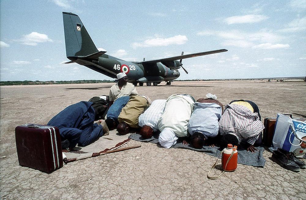 SOM SOMALIA Somalia Belet Uen Muslimische Somali auf dem Flufhafen von Belet Uen