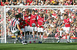 25.09.2010, Emirates Stadium, London, ENG, PL, Arsenal vs west Bromwich Albion, im Bild West Bromwich Albion's Paul Scharner bends the ball around the Arsenal wall, EXPA Pictures © 2010, PhotoCredit: EXPA/ IPS/ Mark Greenwood *** ATTENTION *** UK AND FRANCE OUT! / SPORTIDA PHOTO AGENCY