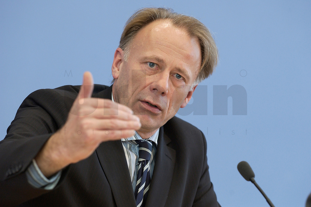 31 MAR 2004, BERLIN/GERMANY:<br /> Juergen Trittin, B90/Gruene, Bundesumweltminister, waehrend einer Pressekonferenz zum Kabinettsbeschuss zum Emissionshandel, Bundespressekonferenz<br /> IMAGE: 20040331-01-020<br /> KEYWORDS: J&uuml;rgen Trittin, BPK