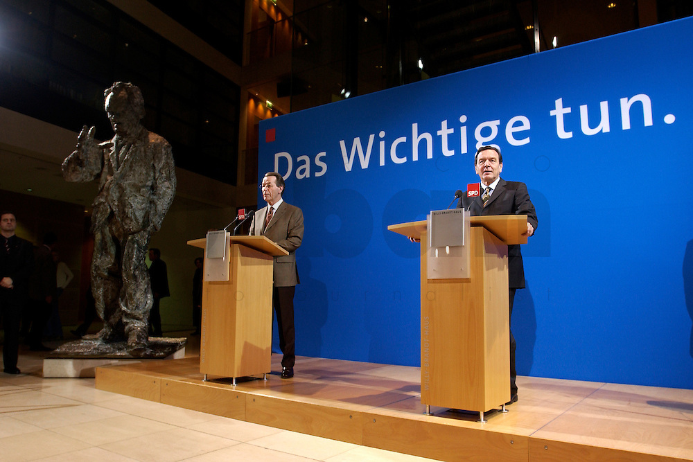 07 FEB 2004, BERLIN/GERMANY:<br /> Franz Muentefering (L), SPD Fraktionsvorsitzender, und Gerhard Schroeder (R), SPD, Bundeskanzler, waehrend einer Pressekonferenz zu den Ergebnissen der Sondesitzung des SPD Praesidiums und Parteivorstandes nach der Bekanntgabe des Ruecktritts des Parteivorsitzenden, Willy-Brandt-Haus<br /> IMAGE: 20040207-01-024<br /> KEYWORDS: R&uuml;cktritt, Gerhard Schr&ouml;der, Franz M&uuml;ntefering