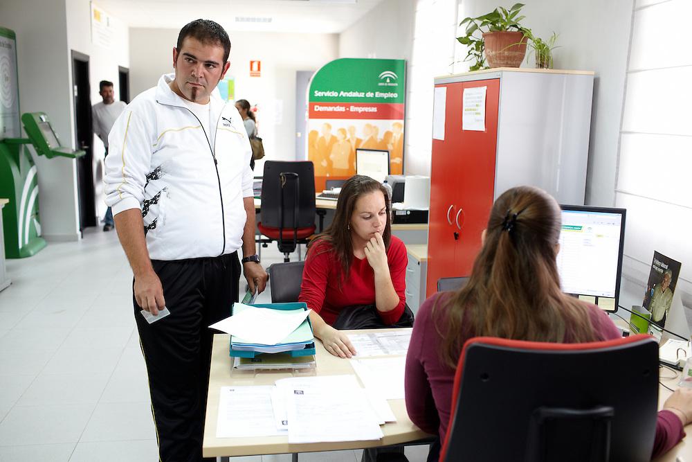 07/08/10. ALCALÁ DEL VALLE (CADIZ). El tiempo que pasan en Alcalá del Valle, los temporeros los dedican a hacer trámites en el Servicio Andaluz de Empleo. Deben registrarse en el paro, a la espera que les salga una nueva oportunidad laboral. En Alcalá del Valle hay una oficina del Sindicato Andaluz de Trabajadores (SAT) en el cual se promueven iniciativas para que los alcalareños encuentren trabajo. Verónica Vaassen, administrativa del SAT Alcalá del Valle i intérprete de francés, viaja desde hace tres años, junto a representantes políticos del Ayuntamiento de Alcalá, al sur de Francia para gestionar las contrataciones directamente con los dueños de los campos frutales y de las cooperativas agrícolas. .FOTOGRAFIA: TONI VILCHES.